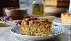 Cake à la tapenade d'olive noire, tomate et fromage