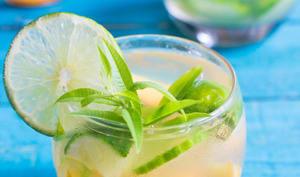 Mocktail à la pêche, au citron vert et à la verveine