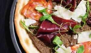 Pizza à la crème de champignons, viande des grisons et chorizo