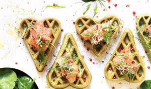 Gaufres aux épinards, saumon, aneth et baies rouges