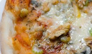 Pizza au céleri branche, aux noix et au gorgonzola