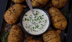 Pommes de terre Hasselback, sauce au yaourt