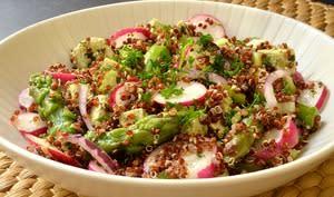 Salade de quinoa et tofu fermenté aux légumes de printemps