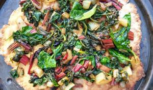 Pizza à la farine de pois chiches et fanes de betterave