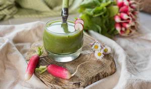 Soupe froide fanes de radis et fèves
