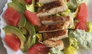 Salade au poulet épicé et pamplemousse, sauce à l'avocat