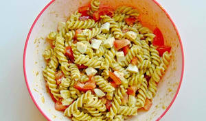 Fusillini au pesto, à la mozzarella et aux tomates-cerises