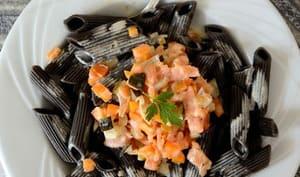 Penne à l'encre de seiche, truite fumée et petits légumes