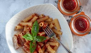 Sauce italienne aux tomates avec des tomates fraîches