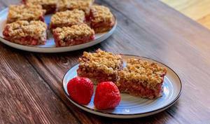 Carrés aux fraises, avec une touche d'amande et de cannelle