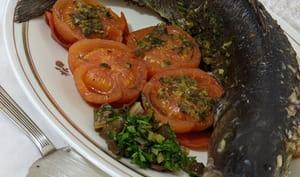 Loup grillé avec salsa aux herbes aromatiques aux raisins.