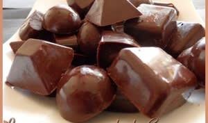 Chocolat noir craquant aux noisettes et pignons