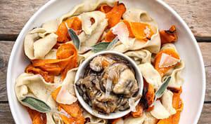 Pappardelle avec de la courge rôtie et sauce aux champignons