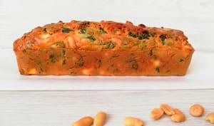 Cake au chou kale, fêta et cacahuètes