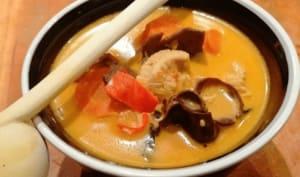 Soupe thaï au poulet, lait de coco et champignons déshydratés