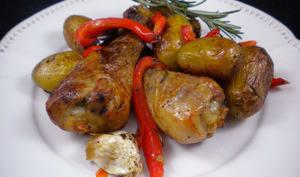Pilons de poulet au four aux grenailles et poivrons