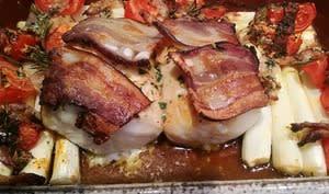 Dos de merlu au lard et asperges rôties au piment d'Espelette