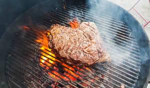 Cuisson de la côte de bœuf au barbecue