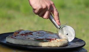 Pizza au boeuf et fromage cuite au barbecue ou à la poêle