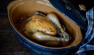 Poulet rôti cuit dans une terrine à baeckeoffe