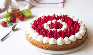 Tarte à la fraise et chantilly à la vanille sur un sablé breton