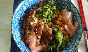 Bowl de nouilles avec steak de tofu frit et sauce au gingembre