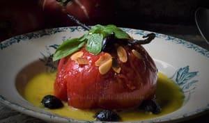 Tomate confite entière en sirop vanillé, coulis de poivron et olives confites