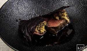 Filet de chevreuil, sauce au café, amarante et cuir de betterave