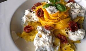 Tagliatelles de courgette jaune, burrata et tomates séchées