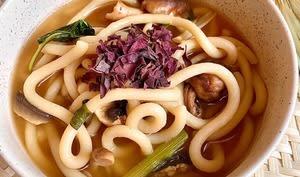 Udon et champignons dans un bouillon thaï