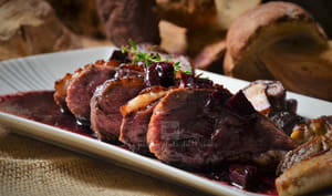Magret de canard, sauce au vin et échalotes