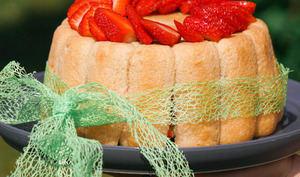 Charlotte aux fraises et à la pistache