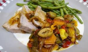 Rôti de veau en sauce aux olives et aux poivrons grillés