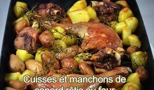 Cuisses et manchons de canard rôtis au four sur un lit de pommes de terre