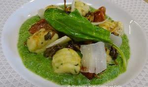 Gnocchi de polenta, chanterelles et tomates cerises confites poêlées, sur crème d'épinard