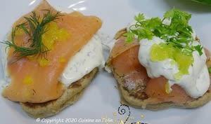 Blinis de sarrasin, saumon et crème à l'aneth et à la ciboulette