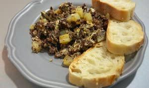 Oeufs brouillés aux pommes de terre et boudin de Burgos