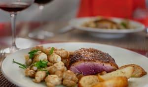 Filet de canard grillé poêlée de poires et de crosnes