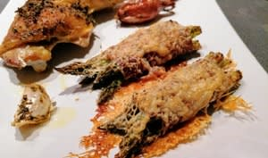 Poulet rôti aux neuf herbes piment d'Espelette et fagots de pointes d'asperges verte roulés au jambon gratinés au fromage de brebis