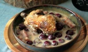 Cocotte de cailles aux raisins, aux lardons et à la crème