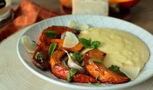 Polenta crémeuse, pesto et potimarron rôti à l'ail