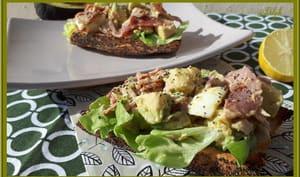 Tartine d'avocat, oeuf, bacon et salade