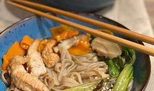Soupe aux nouilles ramen au poulet et pak-choï