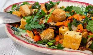 Tofu lacto-fermenté au tamari sauté aux légumes