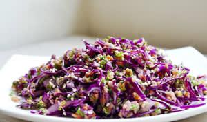 Salade alcalinisante de crudités fruits, légumes, sésame