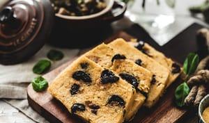 Polenta grillée, olives et basilic