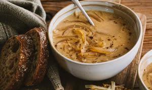 Soupe à l'oignon et tartines gratinées au fromage