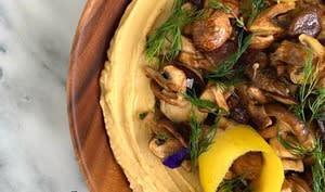 Houmous à l'ail confit et champignons grillés