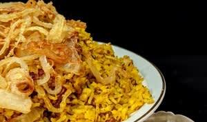 Mejadra, riz, lentilles et oignons frits