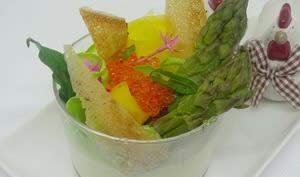 Pana cotta au chèvre et piment d'Espelette, asperges et carotte jaune, oeufs de saumon, chips de brick